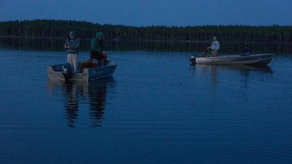 Nachts haben Bootsangler mitten im See gute Chancen Hechte im Drill zu bekommen.